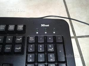 Tastiera con presa USB Trust