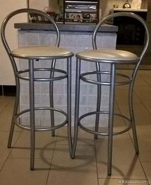 Quasi nuovo vendesi tavolo e sgabelli per cucina posot class for Sgabelli alti legno