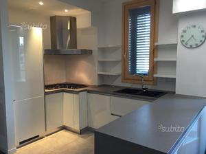 Cucina Scavolini bianca/mobile bagno e specchio