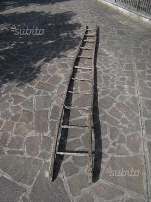 Vecchia scala a pioli in legno