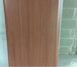 Scrivania marrone con base in legno