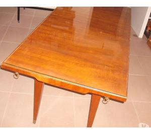 Tavolo in legno con vetro di protezione