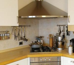 Cucina ad angolo bianca e marrone posot class - Cucina bianca e marrone ...