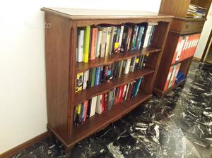 Vecchia libreria in legno massello