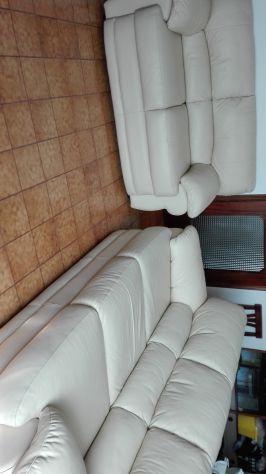 OFFERTA vendesi due divani in pelle