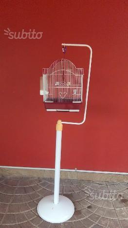 Gabbietta per uccelli con piedistallo e nidi