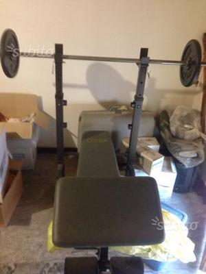 Panca addominali e bilanciere con pesi