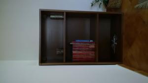 Scaffalatura in legno a tre ripiani tipo libreria