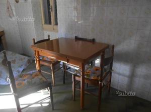 Poltrona e tavolo allungabile con sedie