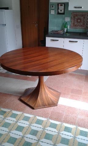 Tavolo tondo in legno massello pieve torina posot class for Tavolo tondo estensibile