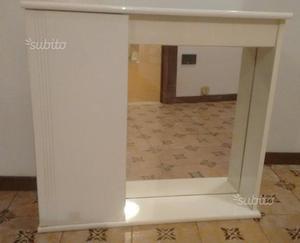 Armadio bianco spendibile al muro per bagno