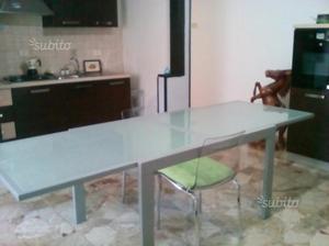 Tavolo in vetro temperato + 4 sedie in acciaio