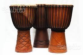 Tamburi africani di varie tipologie e misure