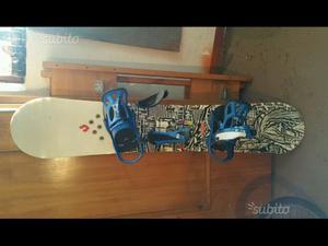 Tavola da snowboard con attacchi e scarponi