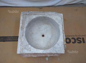 Lavandino antico in marmo