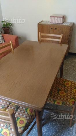Tavolo allungabile con 4 sedie tenuto molto bene