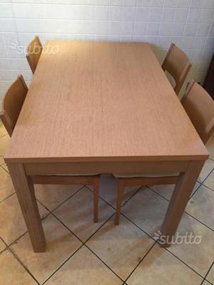 Tavolo allungabile in legno massello con sedie