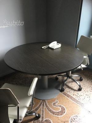 Tavolo rotondo in legno marrone scuro come posot class for Tavolo marrone scuro
