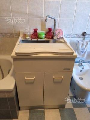 Vari mobili da bagno