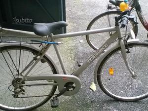 Coppia di bici da passeggio uomo-donna