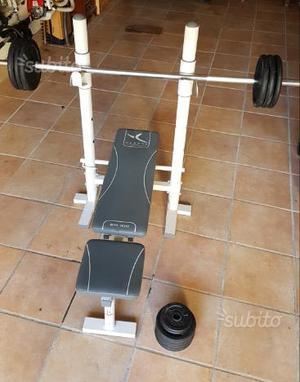 Panca con bilancere e pesi