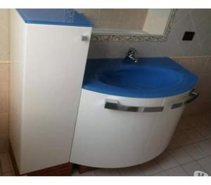 Mobile bagno sospeso con lavabo in vetro e rubinetto