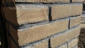 Mattoni antichizzati e cemento pressato