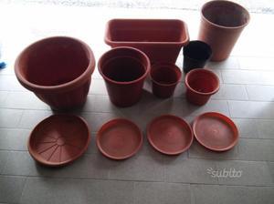 Stock vasi e sottovasi in plastica