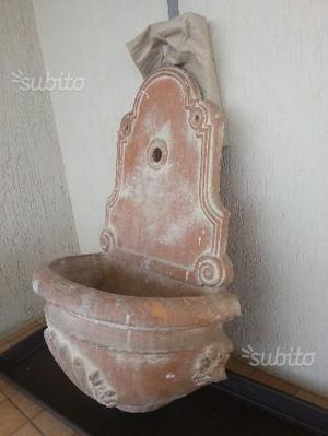 Fontanella a parete in terracotta