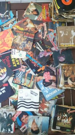 250 dischi in vinile 45 giri originali anni 70