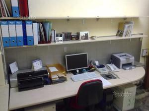 Tavoli scrivania con passacavi per ufficio posot class for Mensole per ufficio