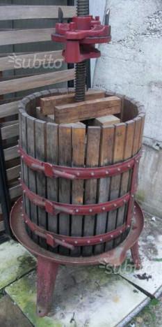 Torchio con accessori per fare vino