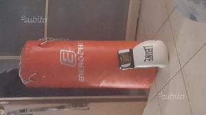Sacco da boxe con guantoni Leone