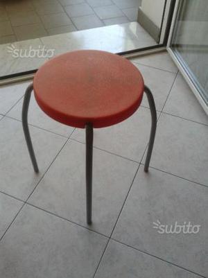 Sgabello in seduta in plastica piedini in metallo