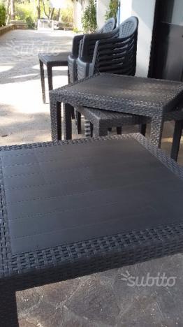 Tavoli con sedie da esterno