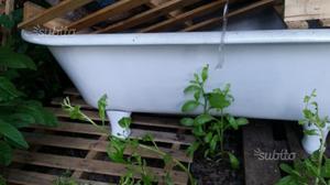 Vasca antica da giardino o da vetrina con piedini
