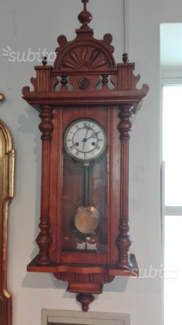 Antico orologio a pendolo in legno restaurato