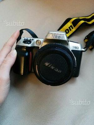 Macchina fotografica nikon F60 con obiettivi