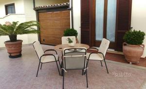 Tavolo da giardino con sedie e cuscini