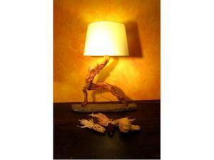 Lampada da tavolo realizzata con legno di mare