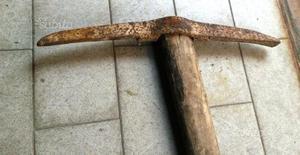 Antichissimo piccone in ferro battuto e legno