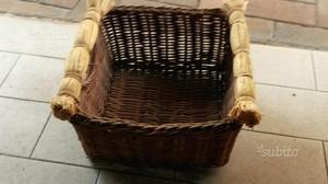 Antico cesto quadrato in vimini con manici