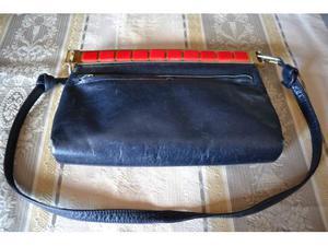 Borsa vintage in pelle blu con accessori rossi