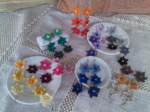 Coppia di orecchini con 3 fiori vari colori ad uncinetto