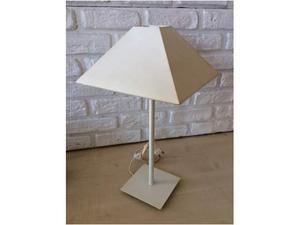 Lampada da tavolo base metallo panna. Paralume piramide