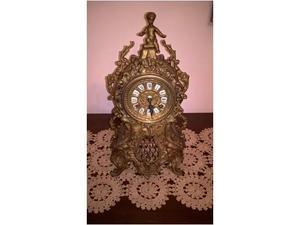 Orologio meccanico in ottone lavorato.