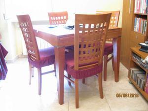 Tavolo in legno da sala con quattro sedie
