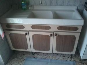 Cucina con lavandino lavatoio in ceramica pensili alti e