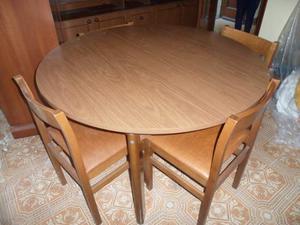Tavolo color noce allungabile con sei sedie