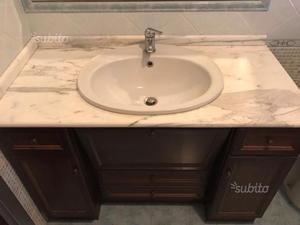 Mobile in legno e marmo con lavabo
